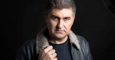 A sua paixão pelo mundo da representação leva-o até à Galiza, onde se forma como ator.